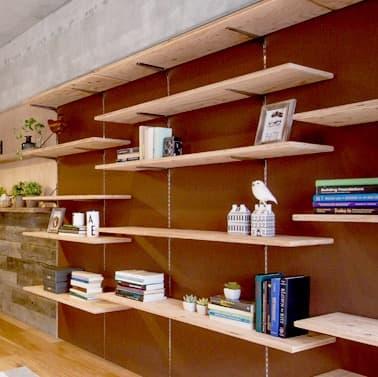 可動収納棚 カラ松合板の棚板(無塗装)+塗装の壁